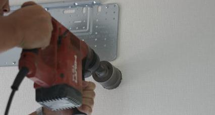 ホルソーでエアコン配管用の穴をあける